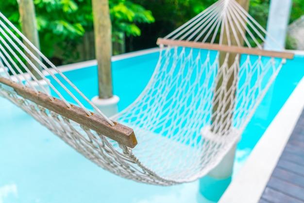 Hamacs blancs en piscine de luxe.