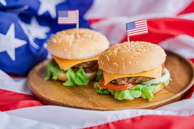 Hamburger américain avec drapeau de l'amérique
