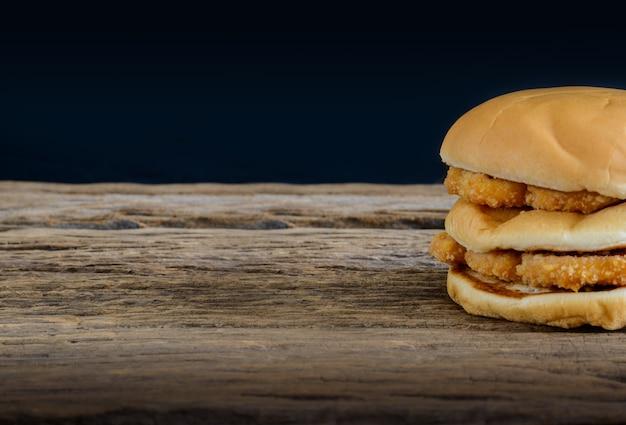 Hamburger au poulet sur table en bois