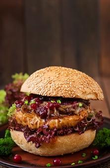 Hamburger avec burger de dinde juteux avec fromage, oignons caramélisés et sauce aux canneberges