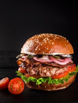 Hamburger classique prêt à être servi avec des tomates cerises