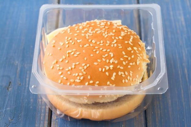 Hamburger dans une boîte en plastique