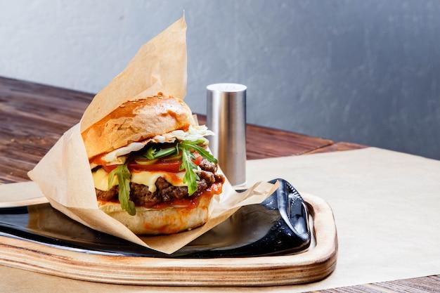 Hamburger délicieux sur la table en bois.