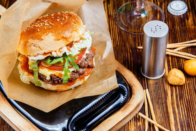 Hamburger délicieux sur la table en bois