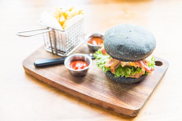 Hamburger avec du pain noir