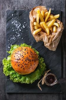 Hamburger fait maison avec des frites