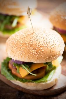 Hamburger fait maison. gros burger savoureux gros plan