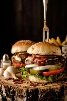 Hamburger fait maison avec de la laitue et du fromage.