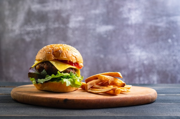 Hamburger fait maison savoureux frais avec des légumes frais