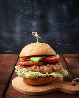 Hamburger fait maison avec steak frit au porc