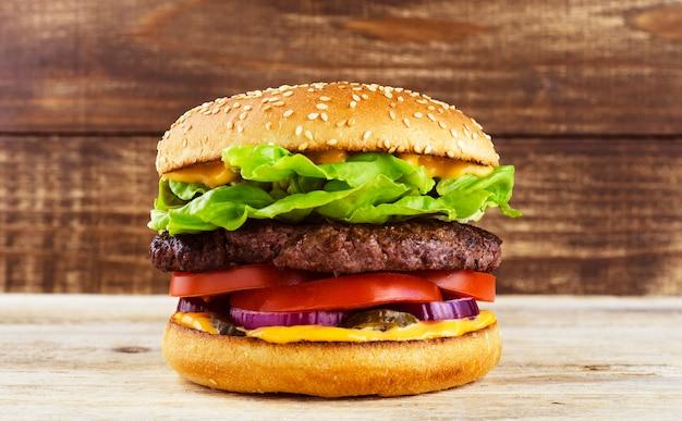 Hamburger sur le fond d'un arbre