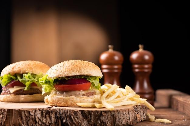 Un hamburger frais et des frites sur table en bois