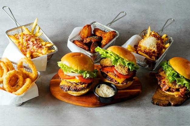 Hamburger frais et frites sur la table