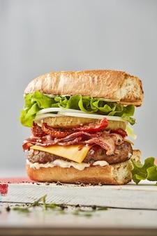 Hamburger frais sur la table