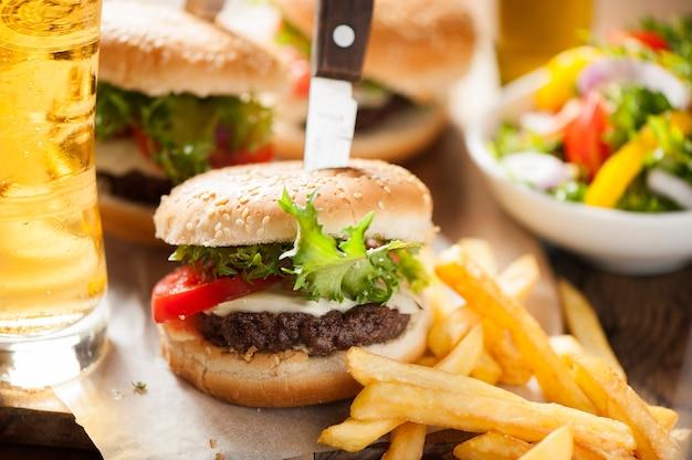 Hamburger, frites de pommes de terre, boisson au cola. nourriture à emporter