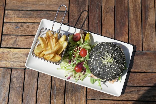 Hamburger et frites sur une table