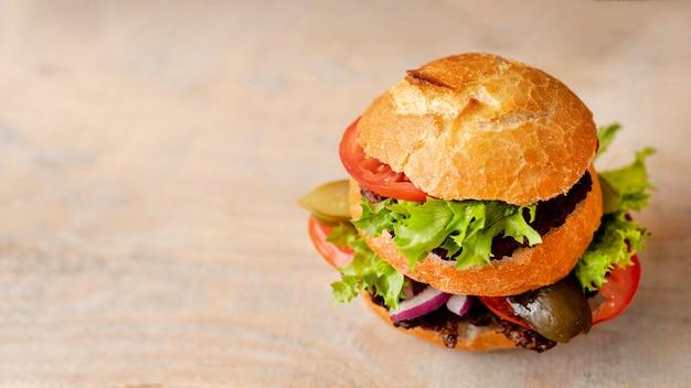Hamburger en gros plan avec espace de copie