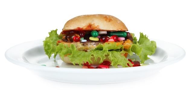 Hamburger avec des ingrédients naturels sur plaque blanche