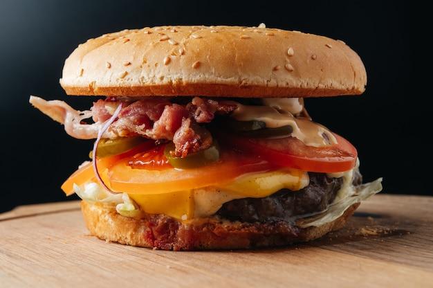 Hamburger juteux au bacon burger de restaurant typique pour les bars grill bars menu fanpage