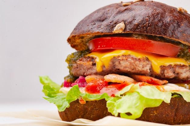 Hamburger de pain de seigle sur fond blanc