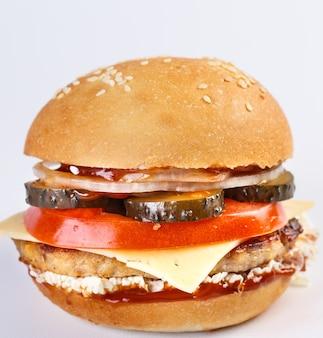 Le hamburger parfait avec du fromage, du bacon, des cornichons, des tomates, des oignons et de la laitue.