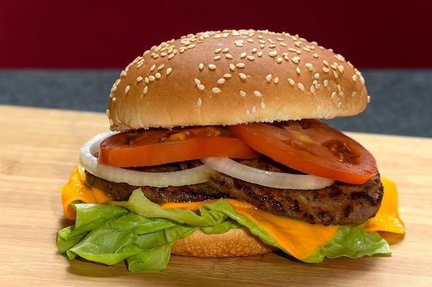 Un hamburger sur une planche de bois