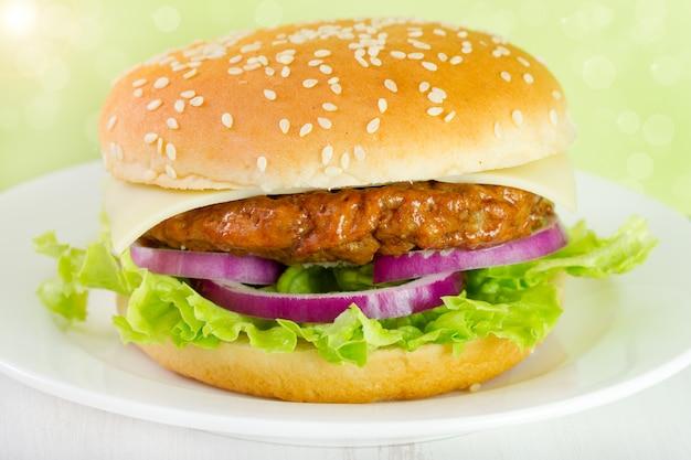 Hamburger sur la plaque blanche