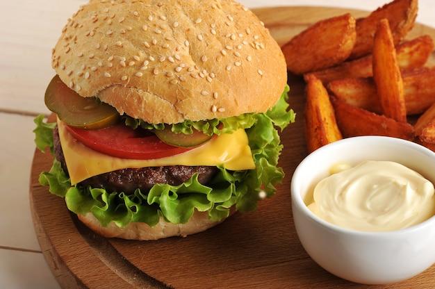 Hamburger avec pommes de terre idaho et sauce au fromage