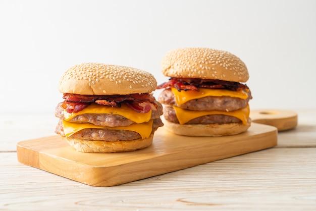 Hamburger de porc ou burger de porc avec fromage et bacon