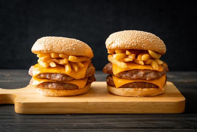 Hamburger de porc ou burger de porc avec fromage et frites