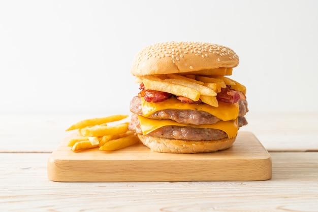 Hamburger de porc ou hamburger de porc avec fromage, bacon et frites