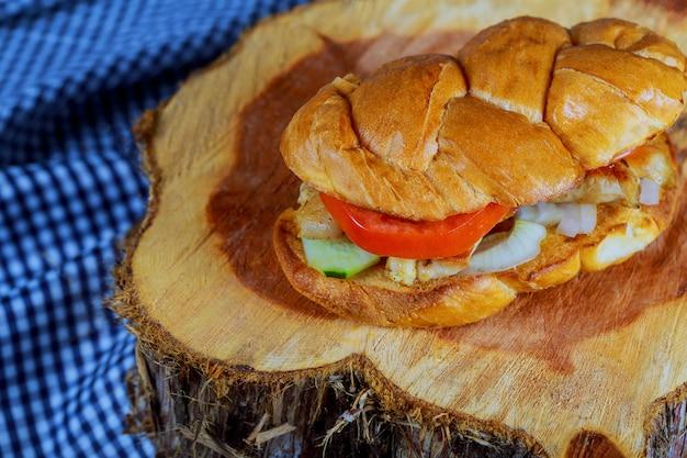 Hamburger de poulet grillé, frites et légumes