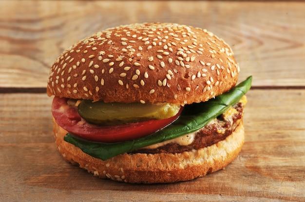 Hamburger de restauration rapide sur une surface en bois