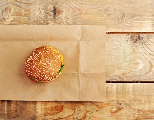 Hamburger de restauration rapide sur une surface de papier