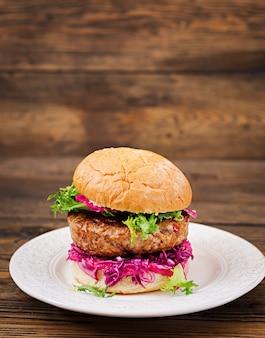 Hamburger sandwich avec hamburgers juteux, chou rouge et sauce rose