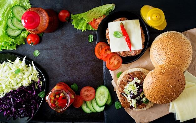 Hamburger sandwich avec des hamburgers juteux, du fromage et un mélange de chou. vue de dessus