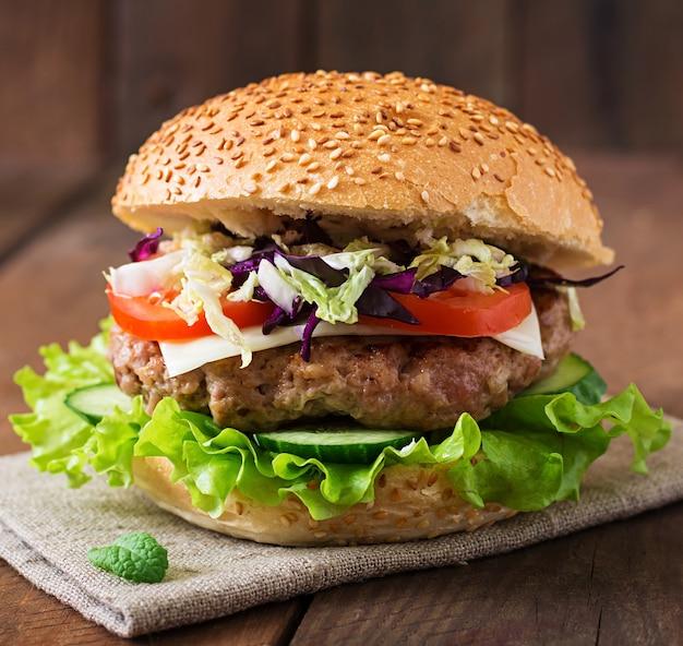 Hamburger sandwich avec des hamburgers juteux, du fromage et un mélange de chou