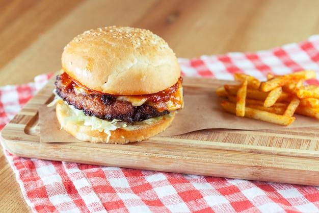 Hamburger savoureux et appétissant