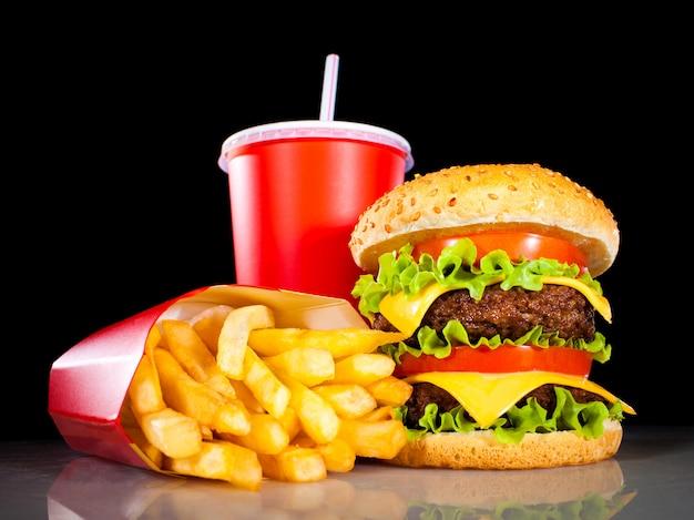 Hamburger savoureux et frites