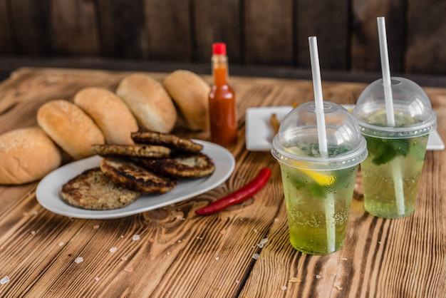 Hamburger savoureux avec de la viande et des légumes sur un fond sombre