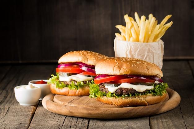 Hamburger avec tomates, bœuf et sauce.