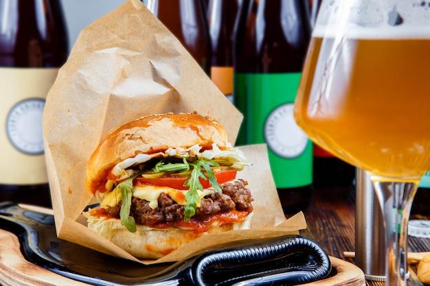 Hamburger et un verre de bière.