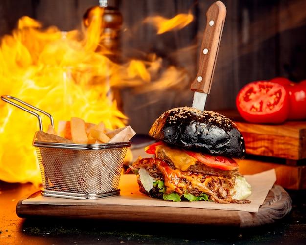 Hamburger de viande au fromage brun et frites