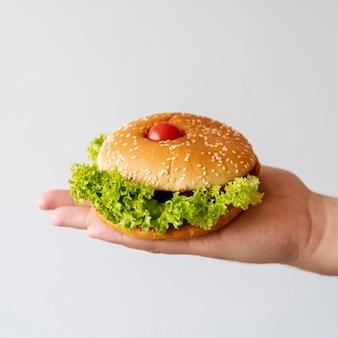 Hamburger vue de face tenu par personne