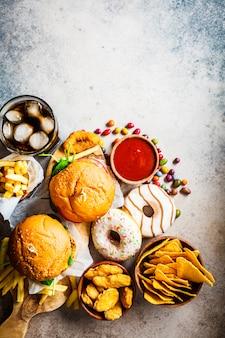 Hamburgers au fromage, frites, nachos, beignets, soda et pépites