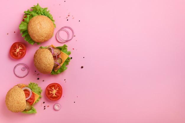 Hamburgers délicieux, fromage, laitue, oignons, tomates. concept de régime malsain.