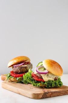 Hamburgers faits maison avec du bœuf