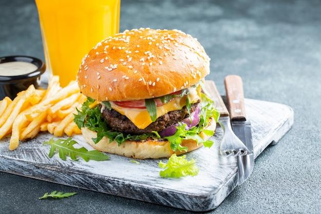 Hamburgers frais faits maison.