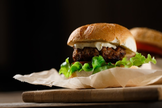 Hamburgers et frites maison sur table en bois