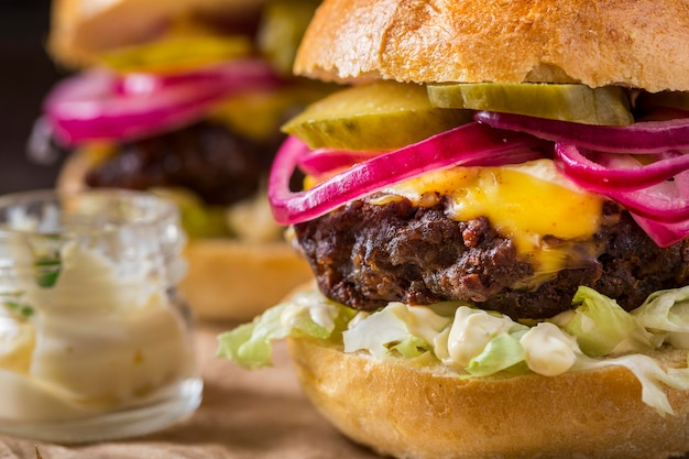 Hamburgers en gros plan avec des cornichons